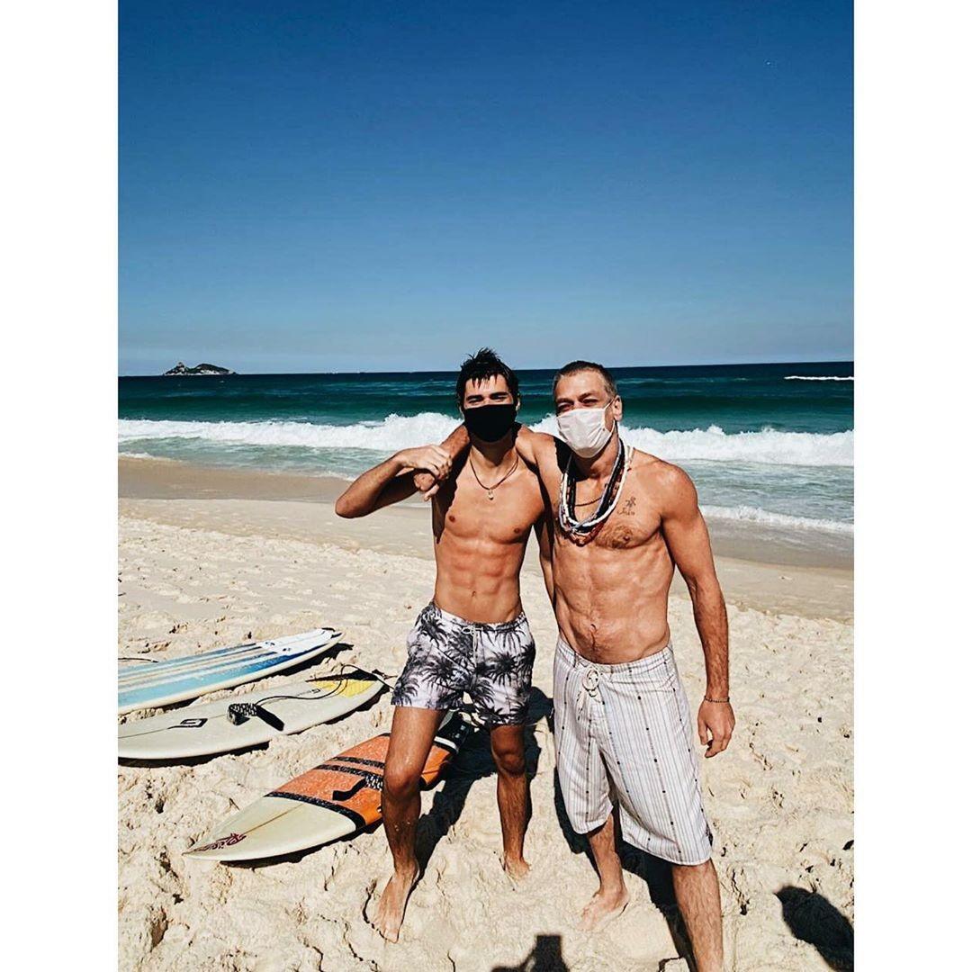 Fábio Assunção mostra físico sarado na praia