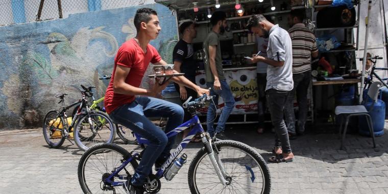 Cafezinho é entregue em bicicletas, na faixa de Gaza