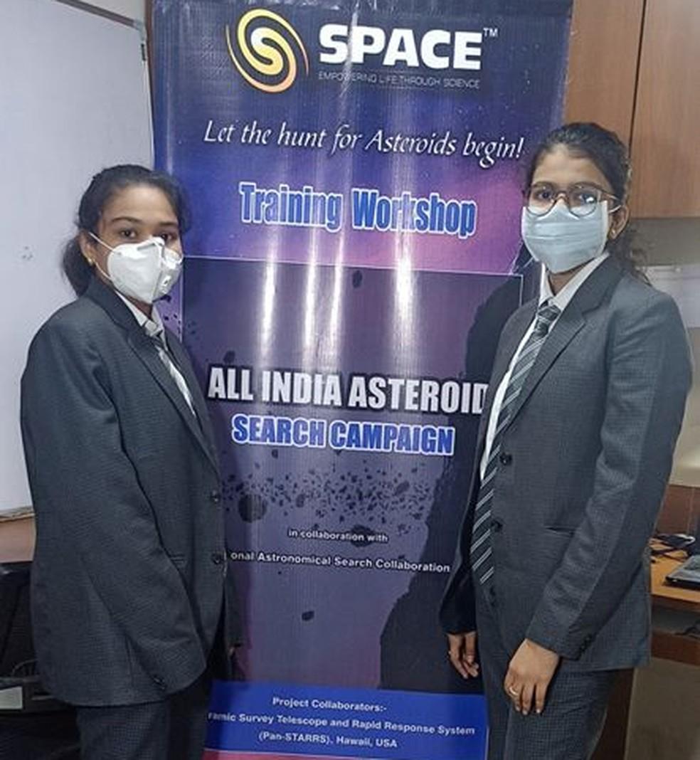 Estudantes indianas posaram para foto após descoberta de asteroide - Foto: Reprodução/Twiiter
