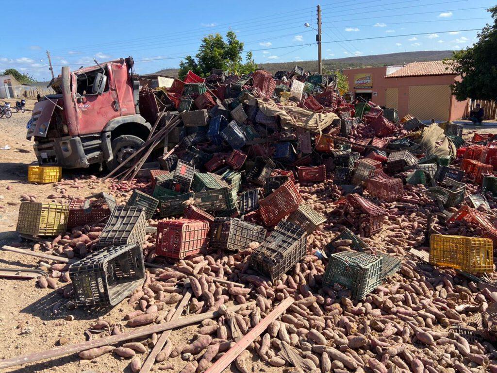 Caminhão carregado de batata tomba após grave acidente na BR-407 - Foto: Divulgação