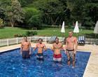 """Ex-namorado de Sasha posa com 3 irmãos em piscina: """"Sou o caçula"""""""