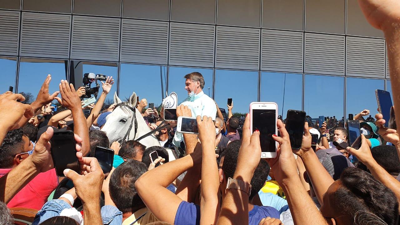 Jair Bolsonaro sobe em cavalo ao chegar no Aeroporto de São Raimundo Nonato / Reprodução