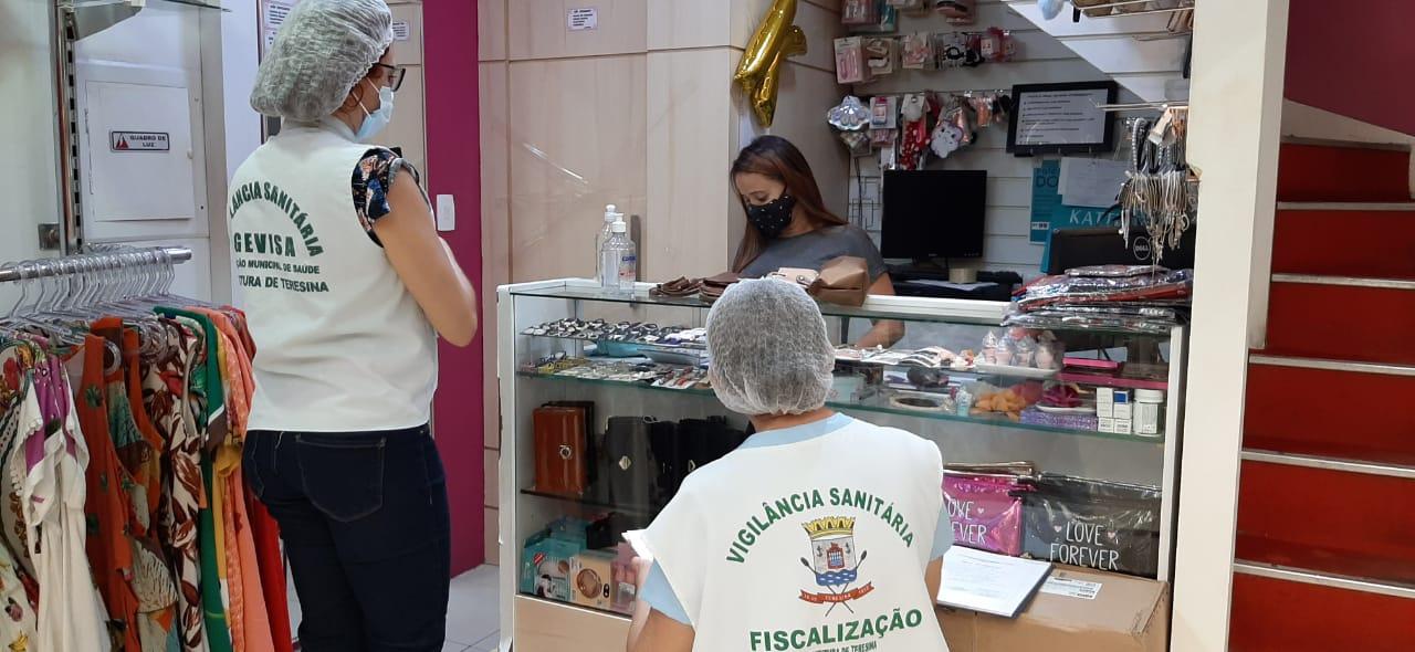 Vigilancia sanitária fiscaliza lojas do shopping - Foto: Ascom/FMS