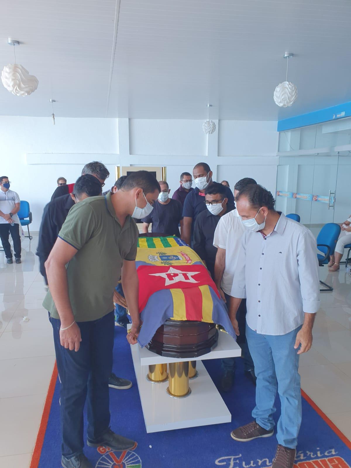 Corpo de Assis Carvalho é sepultado em clima de comoção em Oeiras - Imagem 5