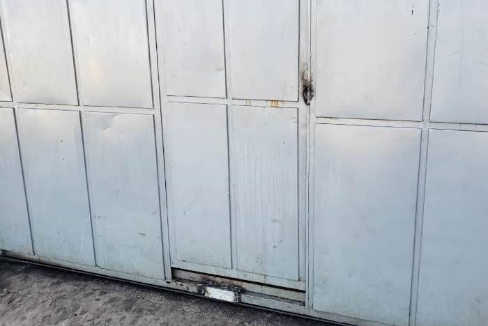 Portão da Casa de Custódia soldado pelo detento