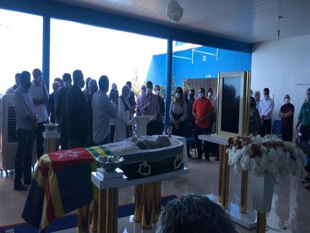 Corpo de Assis Carvalho é sepultado em clima de comoção em Oeiras - Imagem 9