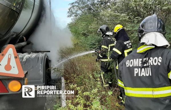Bombeiros resfriam o tanque do caminhão para evitar uma possivel explosão - Foto: Piripirirepórter