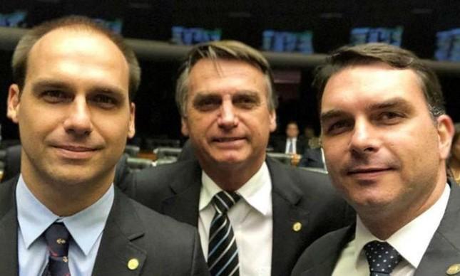 O deputado Eduardo Bolsonaro, o presidente Jair Bolsonaro e o senador Flávio Bolsonaro | Reprodução
