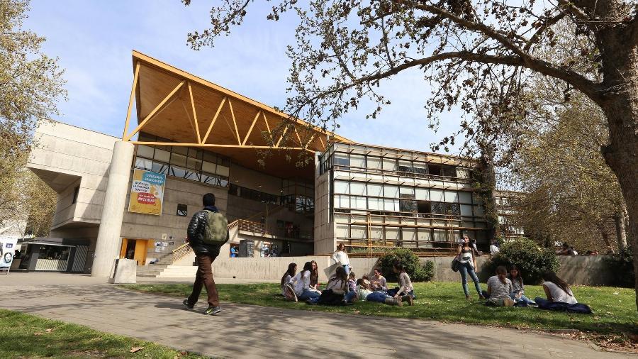 Prédio da Faculdade de Educação da PUC-Chile (Pontifícia Universidade Católica do Chile)-Foto: Reprodução/Facebook