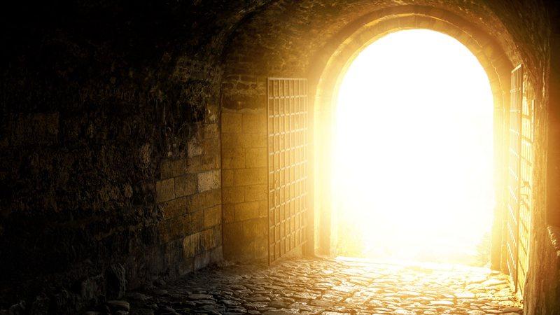 Imagem meramente ilustrativa de um portão com forte luz - Divulgação