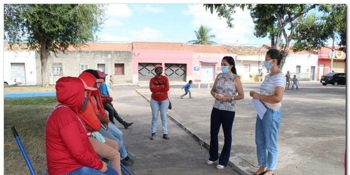 Gestão distribui máscaras para profissionais da limpeza e realiza testagem em agentes de endemias