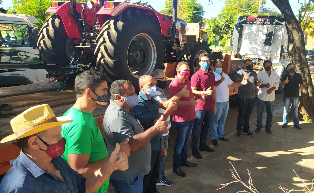 Prefeito Zé Carlos entrega trator zero KM para os agricultores de Jatobá do Piauí - Imagem 1