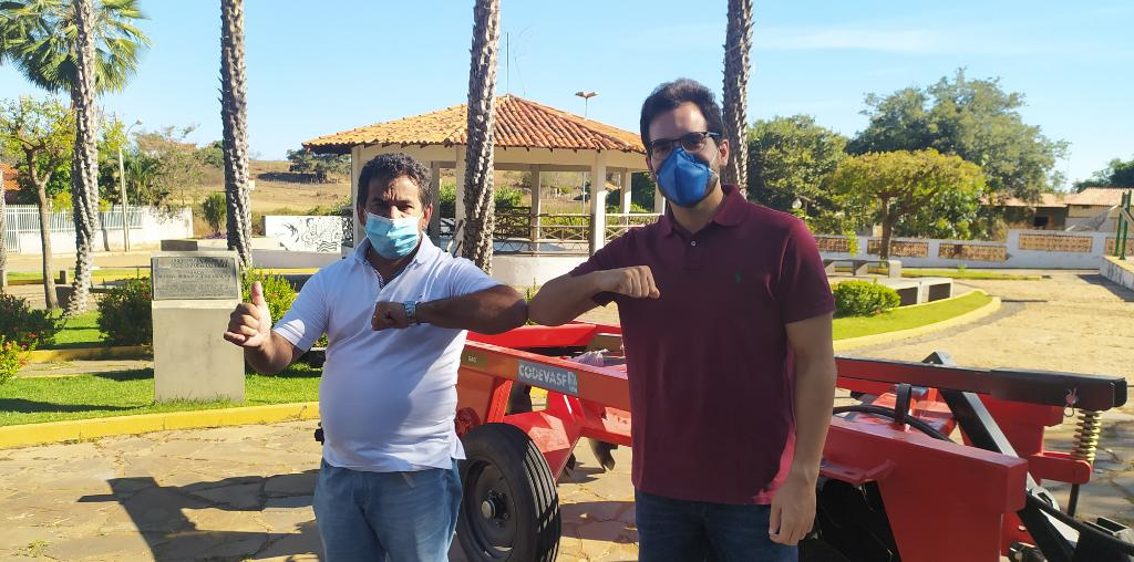 Prefeito Zé Carlos entrega trator zero KM para os agricultores de Jatobá do Piauí - Imagem 2