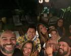 Adriano Imperador curte noite com amigos regada a bebida e é criticado