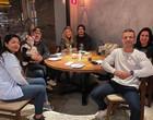 Caio Castro e Grazi Massafera posam coladinhos em jantar com amigos