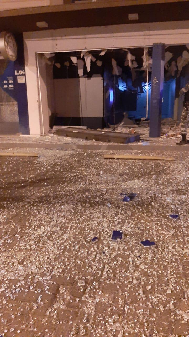 Cenário é de destruição na agência da Avenida Dom Severino