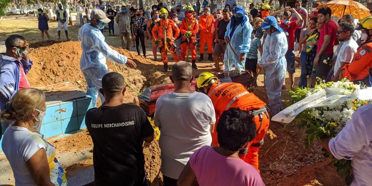 Bombeiro e esposa são sepultados sob forte comoção em Teresina; vídeos