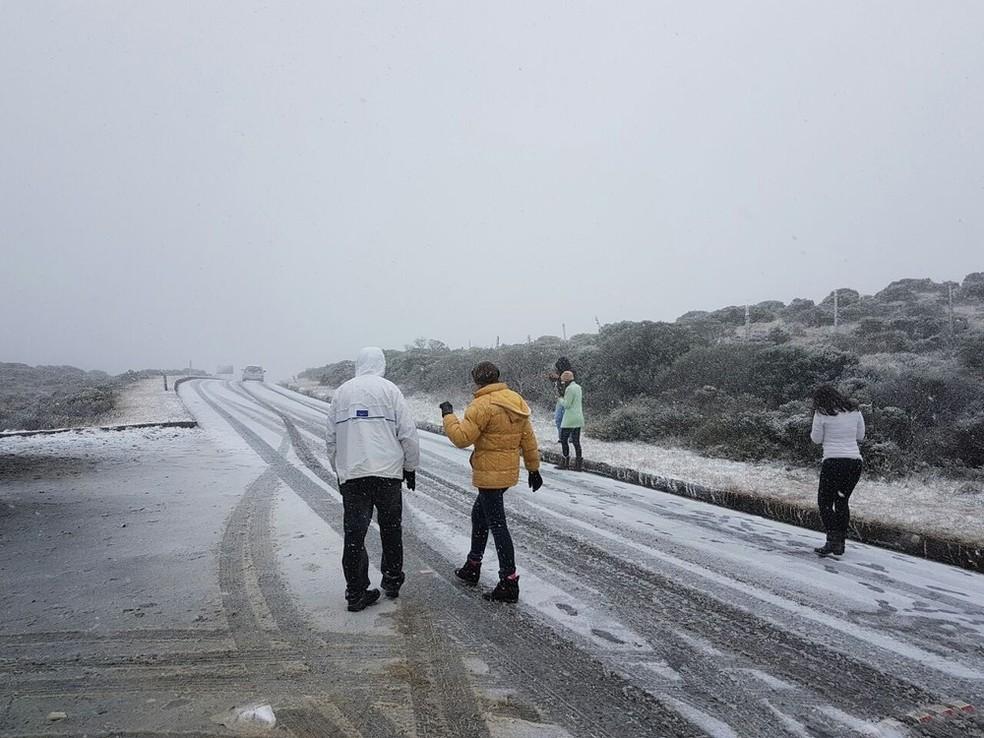 2016: Serra de SC foi muito procurada há quatro anos por turistas de todo país por causa de registro de neve, geada e frio intenso — Foto: Cindacta/Divulgação