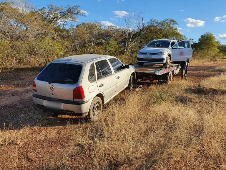 Quatro são presos após saquear carga de carreta tombada (Divulgação)