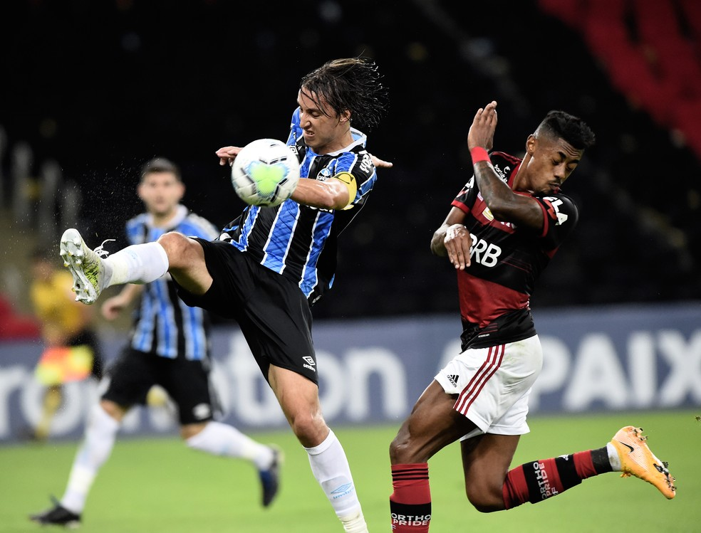 Bruno Henrique não vive bom momento e foi facilmente marcado por Pedro Geromel — Foto: André Durão