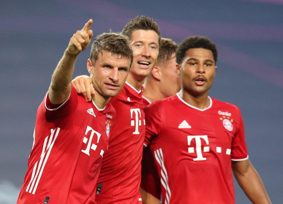 Müller, Lewandowski e Gnabry comemoram gol sobre o Lyon