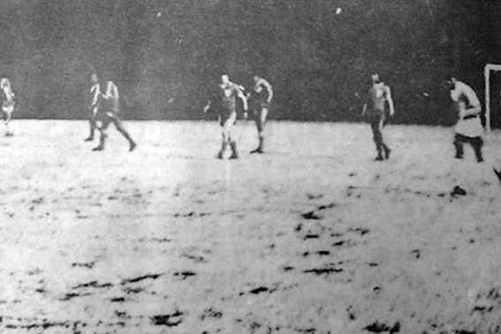 Gramado coberto de neve em jogo do Catarinense