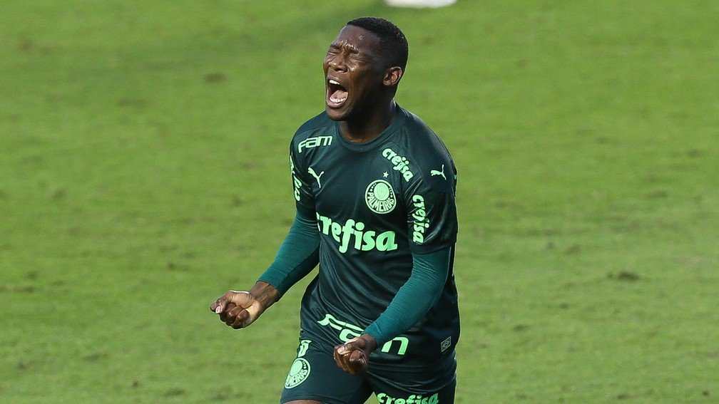 Patrick de Paula, do Palmeiras, comemora gol marcado contra o Santos