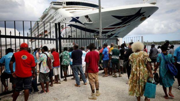 Trabalhadores locias à epera de um navio cruzrito em dezembro de 2019 (foto: Getty)