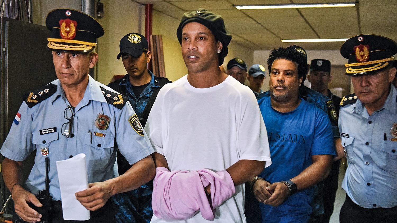 Ronaldinho e irmão podem sair de prisão hoje em mais uma etapa do processo de justiça