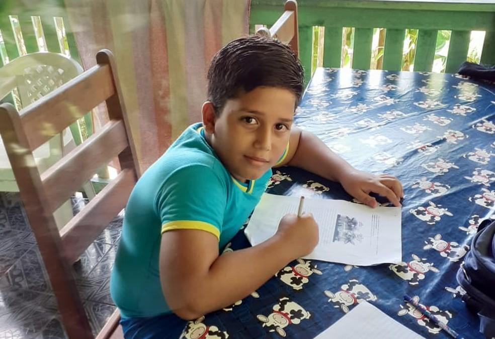 Menino de 11 anos morre após sofrer descarga elétrica em celular que estava carregando (Arquivo Pessoal)