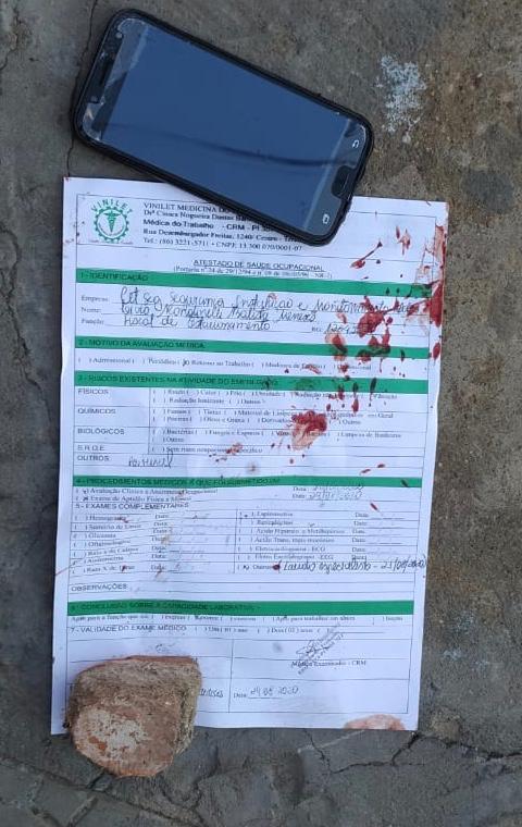 Documentos da vítima ficaram jogados no local - Foto: Ivan Lima/Portal Meio Norte
