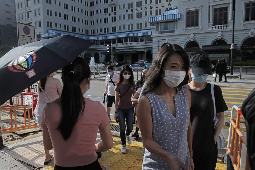 Pessoas utilizam máscara contra covid-19 - Foto: AP