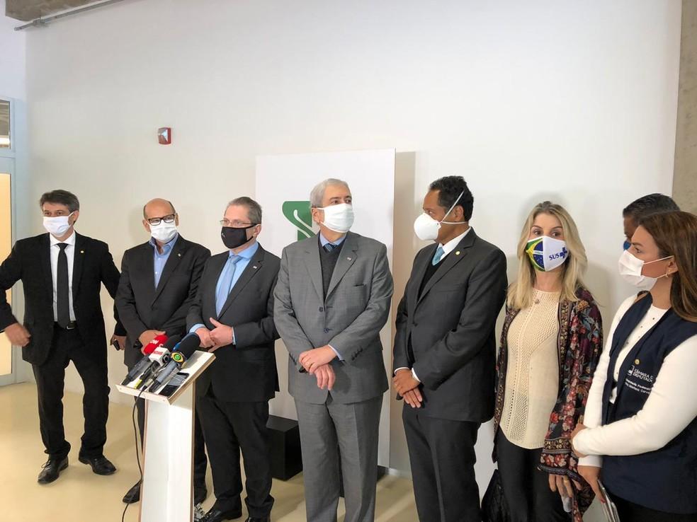 O secretário estadual da Saúde, Jean Gorinchteyn, e o diretor do Instituto Butantan, Dimas Covas, se reúnem com com parlamentares da Câmara dos Deputados para discutir a vacina contra o coronavírus, em São Paulo — Foto: Beatriz Borges/G1