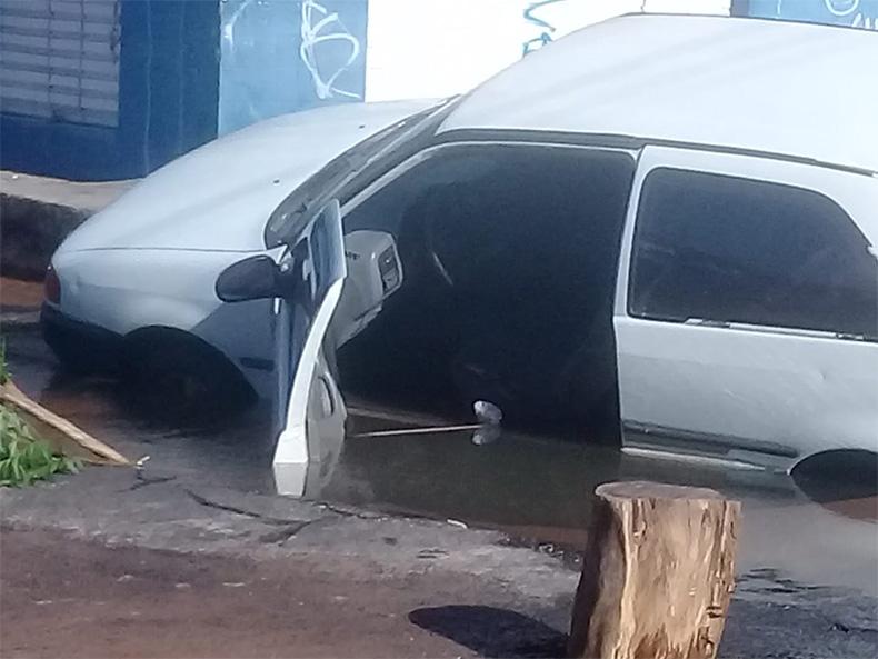 Carro é engolido por cratera na zona Leste de Teresina - Foto: Reprodução/Redes Sociais