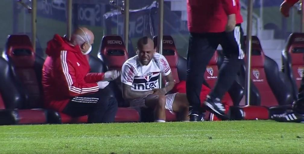 Com dores, jogador recebeu atendimento médico no banco de reserva-Foto: Reprodução