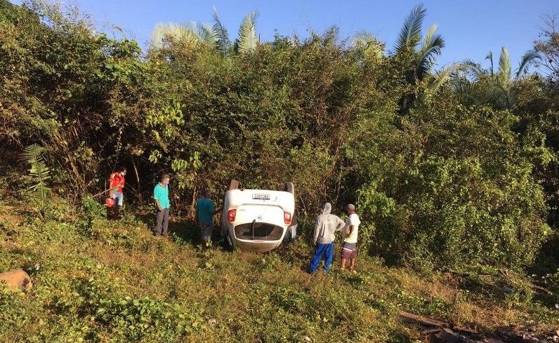 Motorista perde o controle e capota veículo na PI-211 em Esperantina (Foto: Revista AZ)
