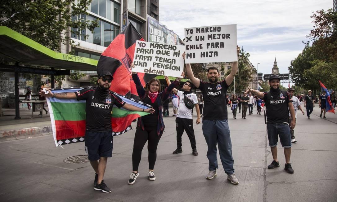 Manifestantes mostram indignação com a situação no Chile