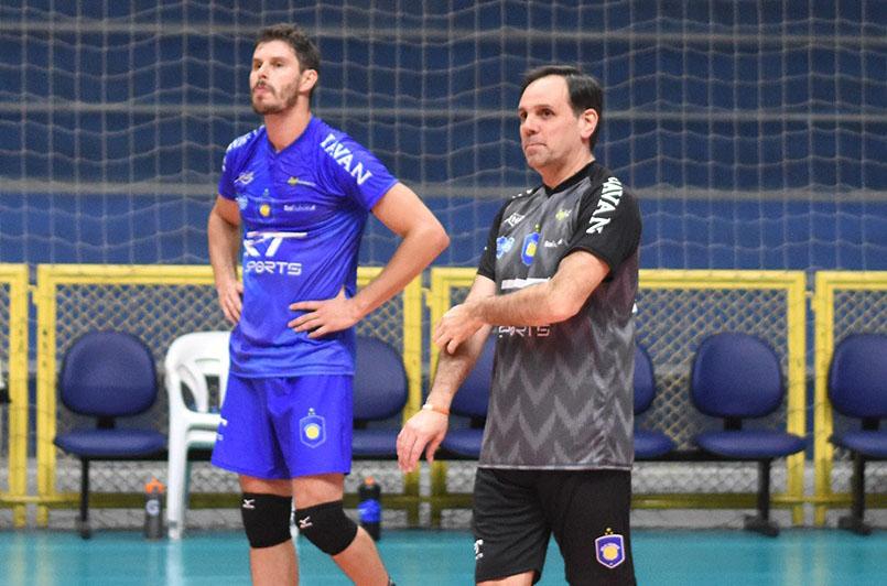 Bruninho em treinamento com o EMS Taubaté Funvic ao lado do técnico Javier Weber (Créditos: Renato Antunes/Maxx Sports Brasil)