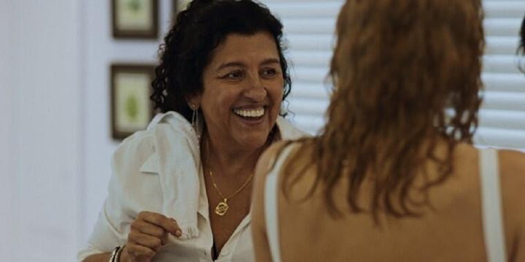 Protagonizado por Regina Casé, Três Verões estreia em 3 de setembro