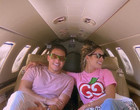 Thyane e Wesley Safadão viajam usando rosa no jatinho do casal; fotos