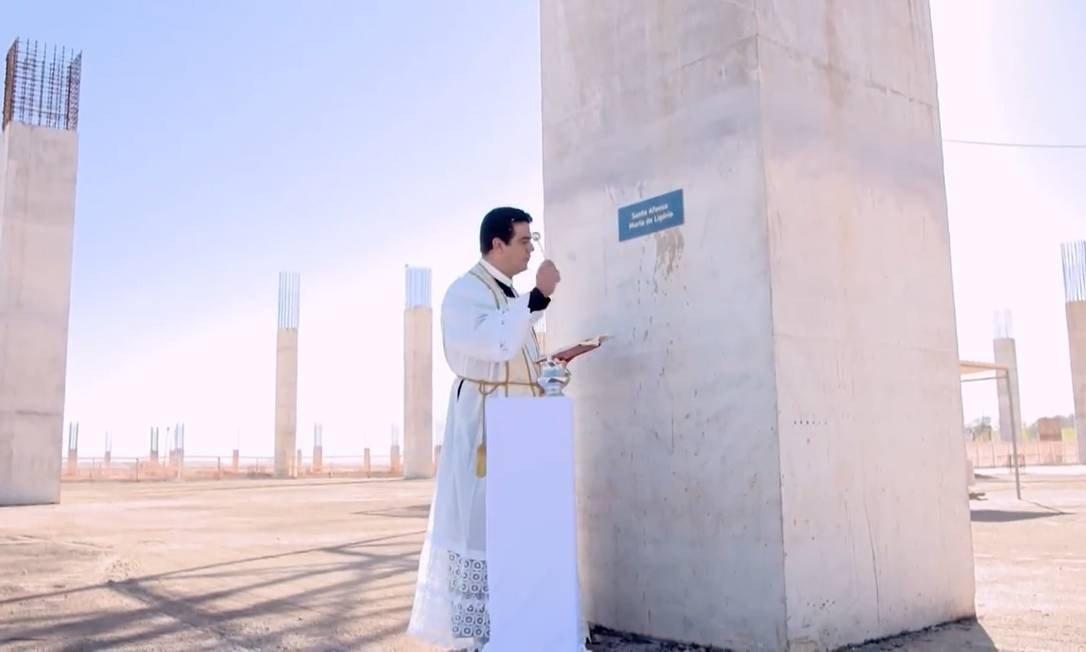 Padre abençoa pilar de nova Basílica em construção em Trindade