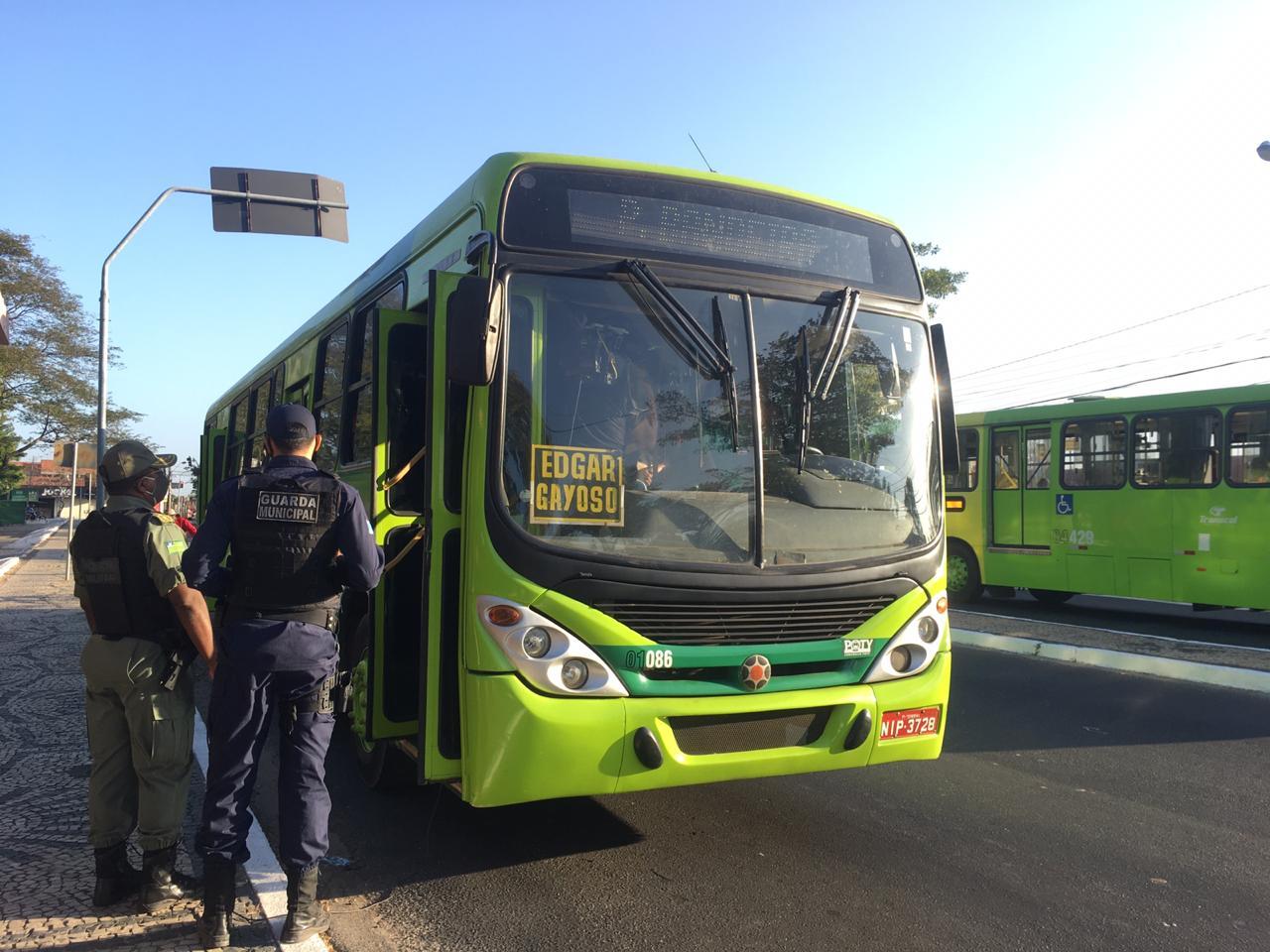 Strans notifica 27 ônibus com excesso de passageiros