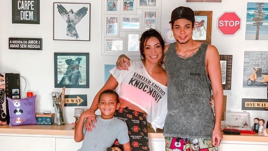 Carol Nakamura e os filhos