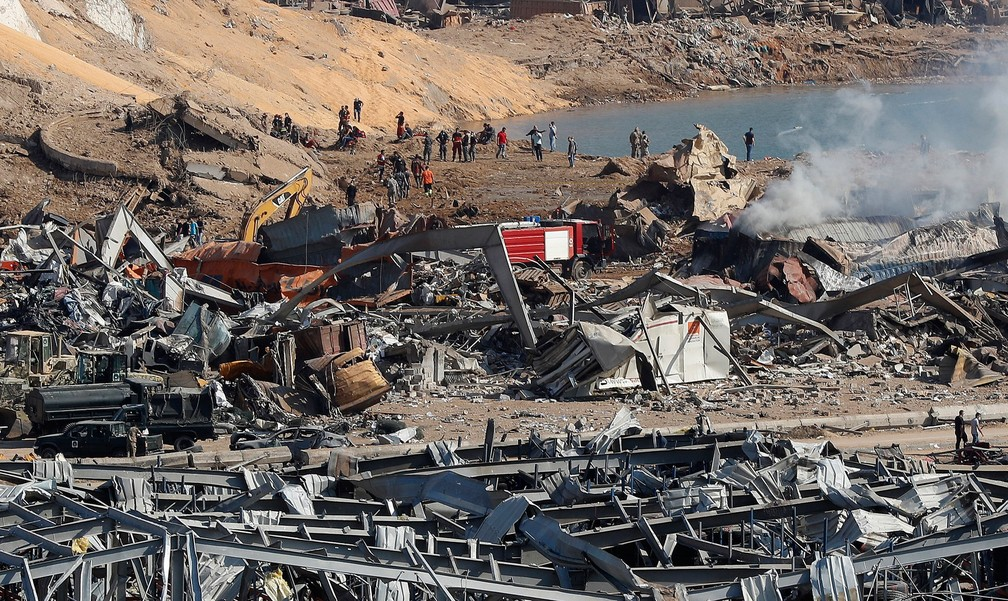 Equipes de resgate busca sobreviventes em escombros - Foto: AP