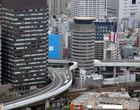 O famoso prédio japonês que é cortado por uma rodovia