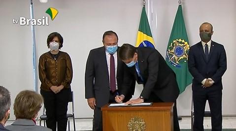 Bolsonaro assinando MP que libera R$ 2 bilhões para vacina - Foto: Reprodução/TV Brasil