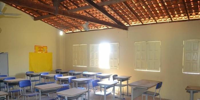 Mais uma escola reformada e aguardando pela volta dos alunos em Monsenhor Gil