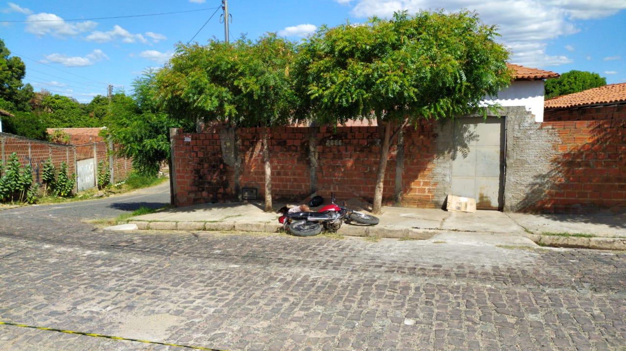 Suspeito caiu na calçada de uma residência / Ivan Lima