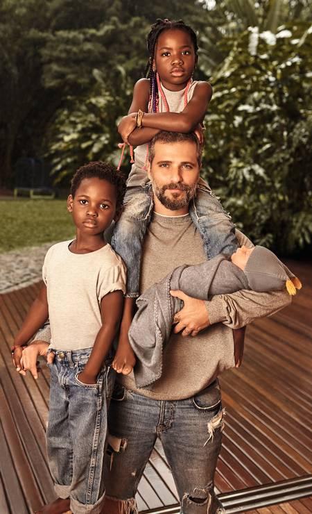 Bruno Gagliasso é pai da Chissomo, a Títi, de 7 anos; Blessings, o Bless, de 5; e o recém-chegado Zyan, que completou 1 mês de vida ontem. - Foto: Wendy Andrade