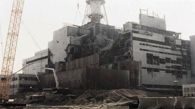 Em Chernobyl, um incêndio começou após a explosão de um reator de uma usina nuclear (Foto: Getty)